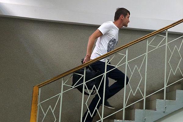 Брат Навального (Олег) поднимается по лестнице в здании Замоскворецкого суда.