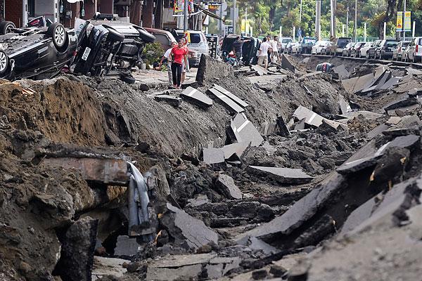 Дорога в Гаосюн после взрывов.