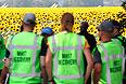 В субботу восемь наблюдателей ОБСЕ и 70 международных экспертов прибыли на место крушения малайзийского самолета на Украине со служебными собаками для поиска тел погибших.