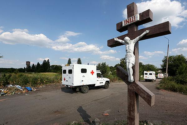 """Останки жертв крушения """"Боинга"""" были доставлены в ночь на 3 августа на завод им. Малышева в Харьков. В воскресенье международные эксперты обследовали их и подготовили к транспортировке в Нидерланды, где будет проходить процедура идентификации."""