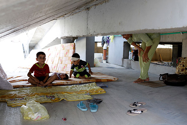 Курдские дети из Каракуша в самодельном убежище на севере Багдада.