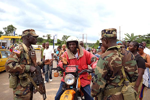 Либерийские военные на пропускном пункте.