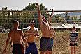 Размещенные в транзитном пункте подростки играют в волейбол.