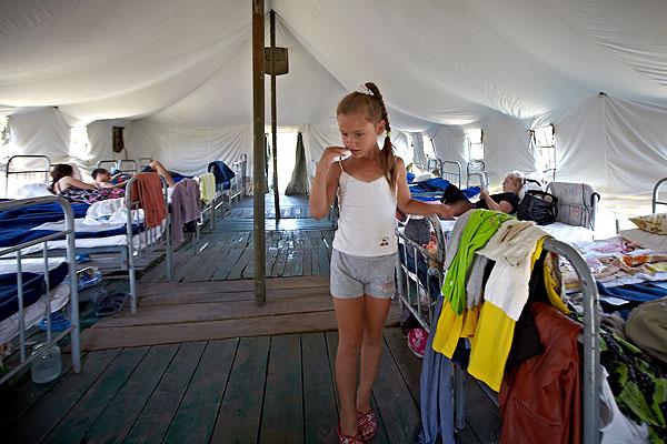 В палатке на территории пункта временного размещения беженцев.