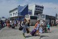 """Пассажиры на морском вокзале в порту """"Кавказ"""" у Керченской паромной переправы."""