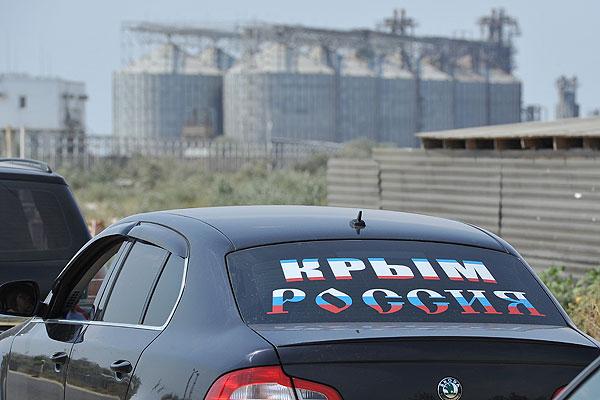 """Автомобиль со стикером """"Крым. Россия""""."""