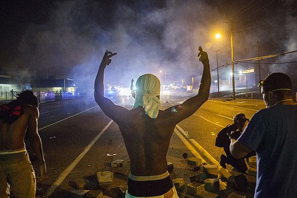 9 августа сотрудник местной полиции застрелил 18-летнего чернокожего подростка Майкла Брауна, что вызвало большой резонанс среди местных жителей, большая часть которых - афроамериканцы.