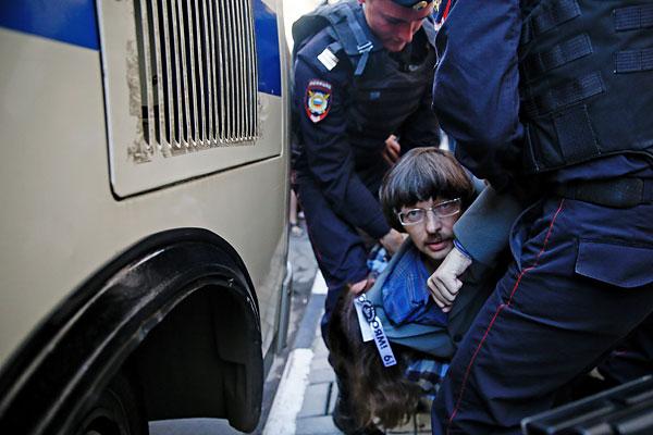 Задержание участника акции протеста.