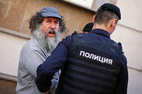 Задержание участника акции протеста у здания Замоскворецкого суда.