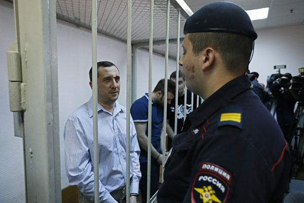 Александр Марголин (слева), обвиняемый по делу о беспорядках на Болотной площади 6 мая 2012 года, перед оглашением приговора в Замоскворецком суде. Приговорен к 3,5 годам колонии.