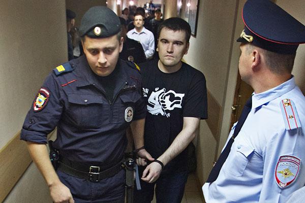 Алексей Гаскаров (в центре), обвиняемый по делу о беспорядках на Болотной площади 6 мая 2012 года, перед оглашением приговора в Замоскворецком суде. Приговорен к 3,5 годам колонии.