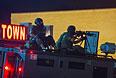 Полицейские контролируют демонстрантов на улице Фергюсона.