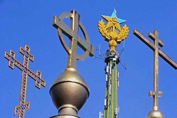 Звезда, раскрашенная в цвета флага Украины на жилом доме на Котельнической набережной.