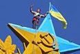 Селфи во время демонтажа украинского флага.