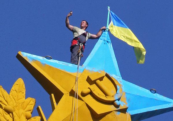 Ночью на элитной высотке в центре Москвы перекрасили звезду в сине-желтый цвет и вывесили флаг Украины - Цензор.НЕТ 3180
