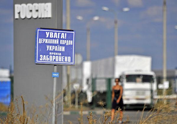 """На КПП """"Донецк"""", где стоит колонна автомобилей с гуманитарной помощью для жителей юго-востока Украины."""