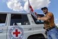 Автомобиль Международного комитета Красного Креста, сопровождающий колонну автомобилей с гуманитарной помощью.