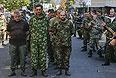 Пленные военнослужащие украинской армии проходят в центре города в сопровождении вооруженного конвоя.