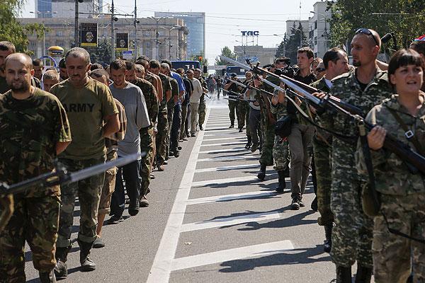 Пленные военнослужащие украинской армии и караул.