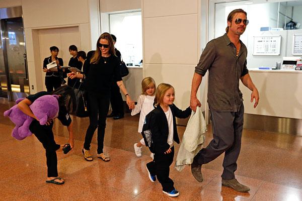 Питт и Джоли с детьми в аэропорту Токио. Июль 2013