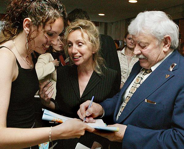 """Банионис дает автограф на кинофестивале """"Балтийские дебюты"""" в Светлогорске, 2004 год."""