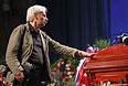 Шеф-фотокорреспондент московского бюро агентства Associated Press Александр Земляниченко на церемонии прощания с Андреем Стениным.