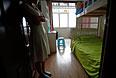 Супруга одного из пропавших пассажиров в комнате, которую они подготовили вместе с мужем для их будущих детей.