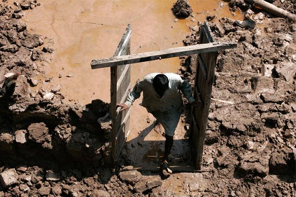 Сотни тысяч людей оказались в бедственном положении в результате вызванных дождями паводков.