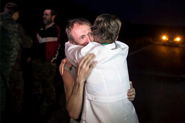 После освобождения бывшие пленные встретились с членами семьи и друзьями.