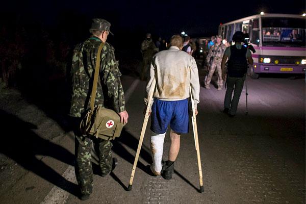 Несколько освобожденных хромали и были доставлены в госпиталь.