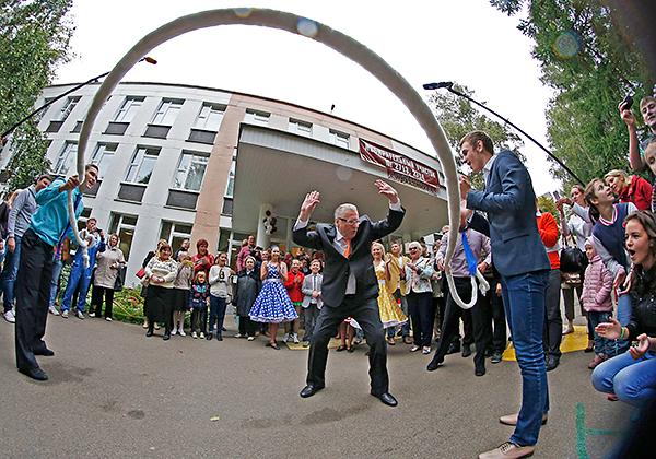 Лидер ЛДПР Владимир Жириновский (в центре) перед началом голосования на выборах в Московскую городскую думу у одного из избирательных участков.