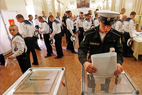 """Экипаж сторожевого корабля """"Сметливый"""" во время голосования на одном из избирательных участков Севастополя."""