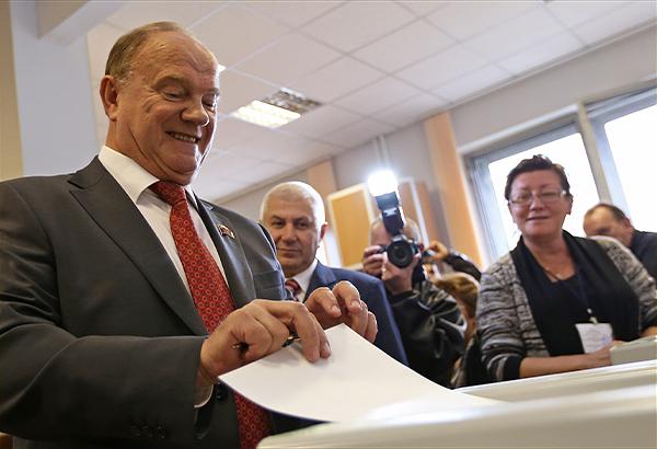 Руководитель фракции КПРФ Геннадий Зюганов во время голосования на выборах в Московскую городскую думу.