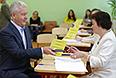 Мэр Москвы Сергей Собянин во время голосования на выборах в Московскую городскую думу.