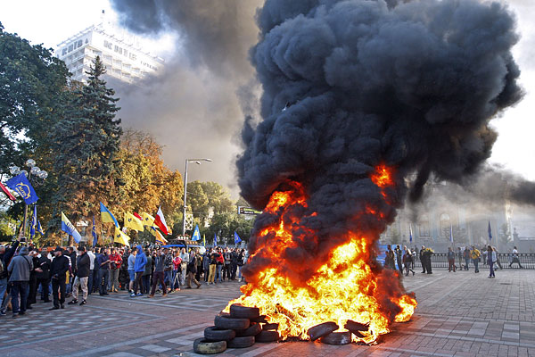 Горящие автомобильные покрышки, которые подожгли митингущие у здания Верховной рады.