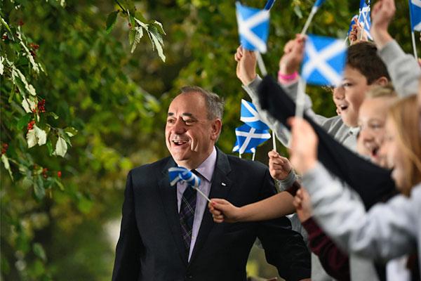 Первый министр Шотландии и лидер движения за независимость Алекс Салмонд общается со сторонниками после голосования.