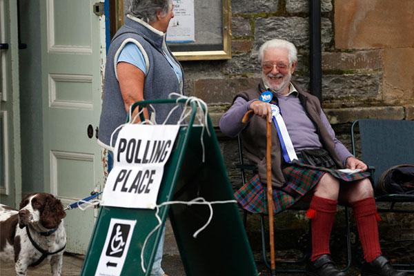 Сторонник независимости Шотландии возле избирательного участка.