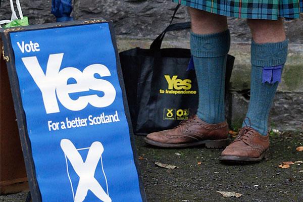 Сторонник отделения от Соединенного Королевства во время голосования на референдуме.