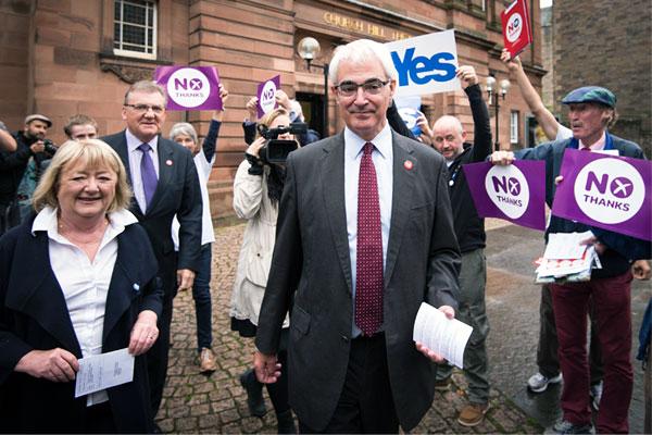 """Бывший канцлер казначейства Шотландии, лидер популярного движения """"Лучше вместе""""  Алистер Дарлинг с женой Мэгги после голосования на референдуме о независимости Шотландии."""