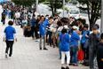 Поклонники бренда в Токио атаковали магазины еще до их открытия, выстраиваясь в огромные очереди, чтобы забрать свои заказы.