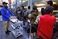 Сотрудник компании Apple подает кофе для клиентов, стоящих в очереди за новинками в Сиднее.