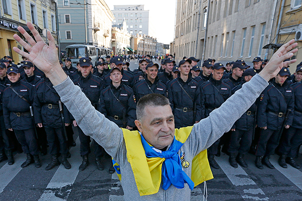 Участник антивоенного митинга в Москве.