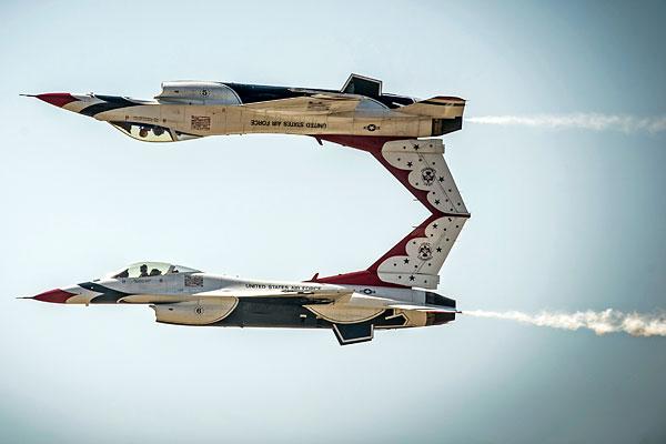 """Тренировочный полет американской пилотажной группы """"Буревестники"""" (Thunderbirds) перед авиашоу в Маунтин-Хоум."""
