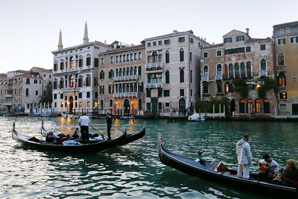 Вход в семизвездочный отель Aman на Гранд-канале, где прошла свадьба Аламуддин и Клуни.