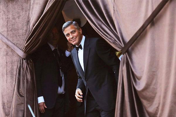 """Для Клуни это второй брак. С 1989 по 1993 год актер был женат на актрисе Талии Бэлсам (посмотреть на нее можно в сериале """"Безумцы""""), после чего не раз заявлял, что не собирается снова идти под венец. В октябре 2007 года актриса Мишель Пфайффер сообщила, что поспорила в Клуни на 100 тыс. долларов, что однажды тот все-таки женится."""