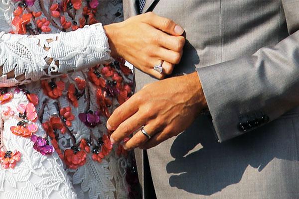 Об отношениях Аламуддин и Клуни стало известно в октябре 2013 года, когда пару сфотографировали за совместным ужином в Лондоне. В декабре Аламуддин присоединилась к Клуни во время отдыха в Мексике.