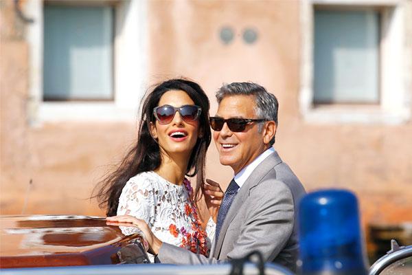 Супруга Клуни специализируется на международном праве и защите прав человека. Среди ее клиентов основатель WikiLeaks Джулиан Ассанж. Она также представляла интересы бывшего премьер-министра Украины Юлии Тимошенко.
