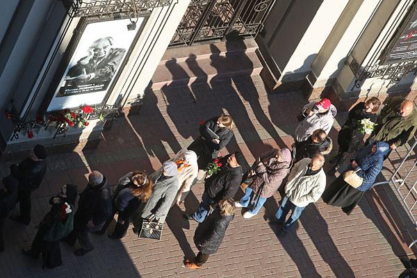 Очередь у Театра им. Вахтангова перед церемонией прощания с Юрием Любимовым.
