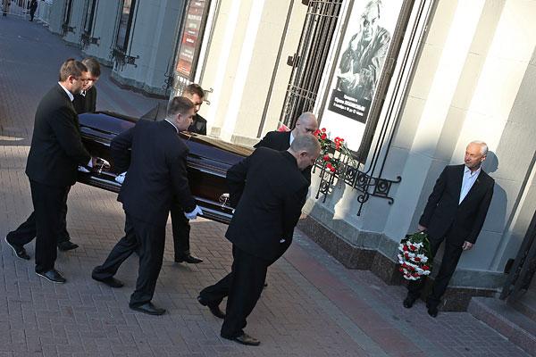 У входа в Театр им. Вахтангова. Справа - депутат Мосгордумы, режиссер, актер Евгений Герасимов.
