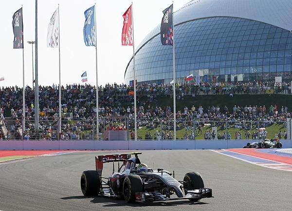 Гонщик команды Sauber Эстебан Гутьеррес в одном из поворотов трассы в Сочи.